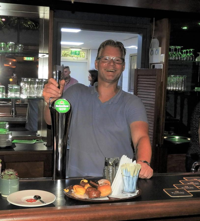 Het Dorpshuis in Slijk-Ewijk was deze week al even open voor publiek, maar het wachten is nog op de definitieve opening. De horecavergunning voor de nieuwe beheerder Tom den Dunnen is nog in behandeling.