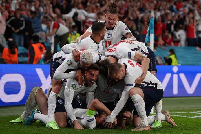 Engeland viert feest na de winnende goal van Harry Kane.