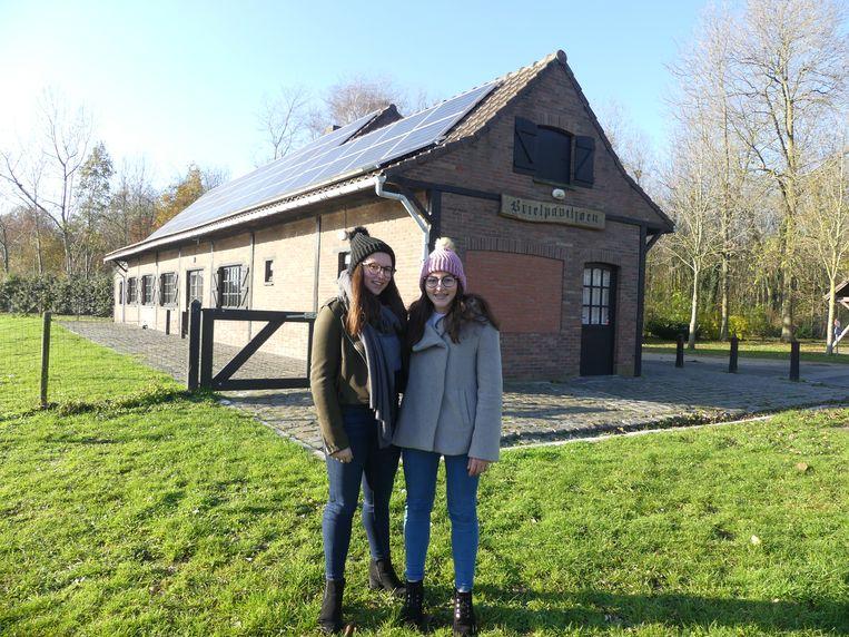 Chiara en Emma Allaert aan het Brielpaviljoen.