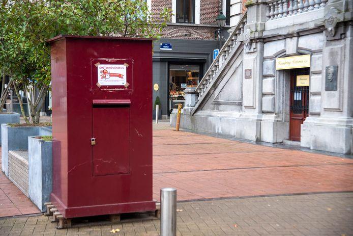 Sint Brievenbus op de Markt van Wetteren.