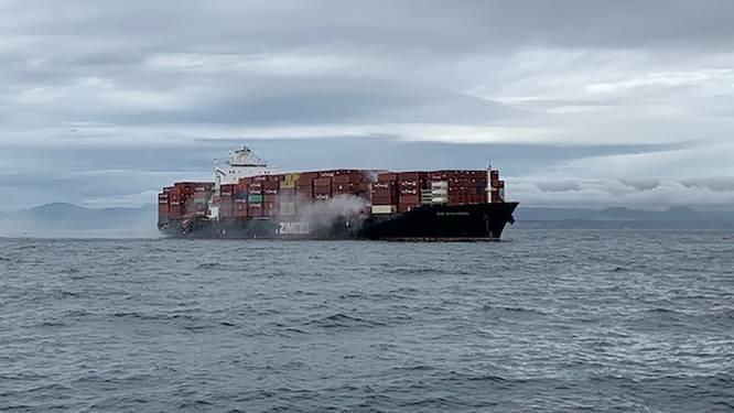 Brand op containerschip met gevaarlijk materiaal voor Canadese kust: giftige stoffen in het zeewater