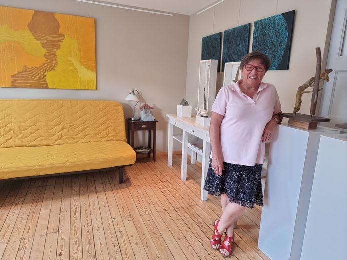 Dinora De Waele in één van de kamers waar ze werken tentoonstelt van kunstenaars.