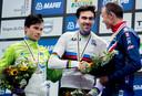 Tom Dumoulin als wereldkampioen tijdrijden, geflankeerd door Primoz Roglic (links) en Chris Froome.