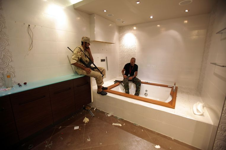 Libyan rebels inspect a jacuzzi at the mansion of Motassem Kadhafi, a son of Libya's embattled leader, in Tripoli on August 30, 2011. Libya's rebels issued an ultimatum for Moamer Kadhafi's forces to surrender or face a military onslaught, as NATO said the strongman is still able to command his troops despite being on the run. AFP PHOTO/PATRICK BAZ Beeld null