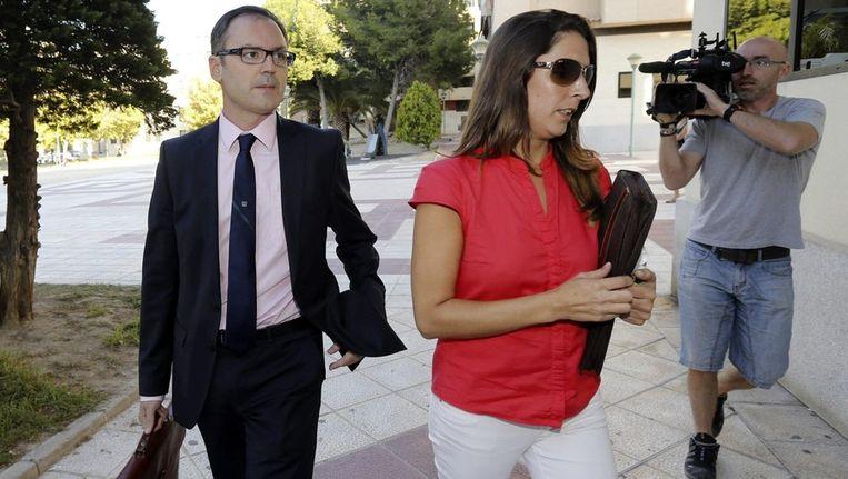Javier Martinez (l), advocaat van de vermoorde Ingrid Visser en Lodewijk Severein, arriveren bij de rechtbank in Murcia Beeld epa
