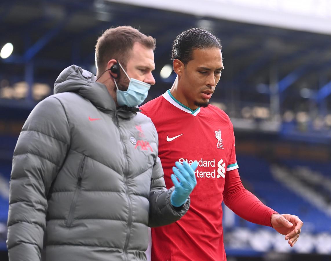 Virgil van Dijk verlaat geblesseerd het veld tegen Everton.