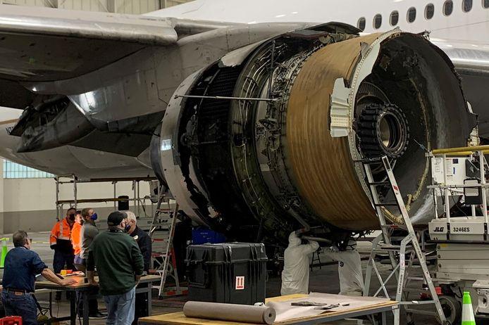 De beschadigde Boeing wordt geïnspecteerd.