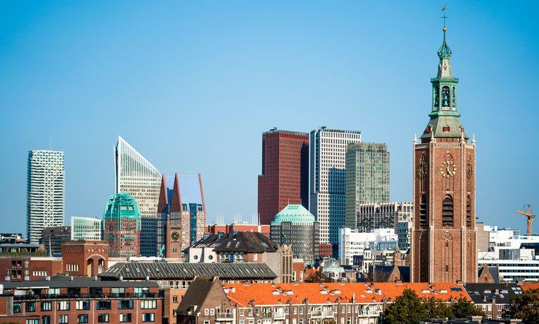 De skyline van Den Haag, met achter de toren van de Grote Kerk de gebouwen van verschillende ministeries Beeld Freek van den Bergh