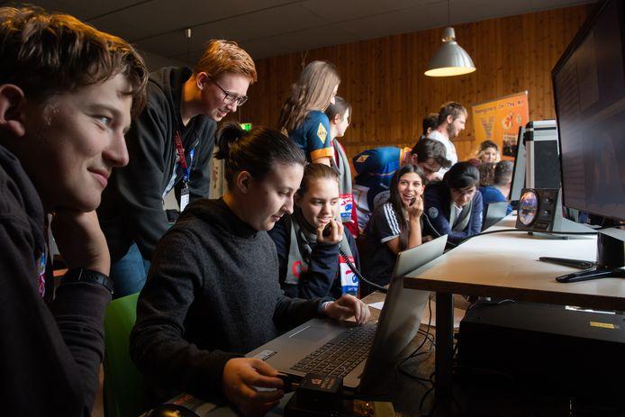 Léna Molnár uit Hongarije achter de laptop tijdens een internationaal evenement voor radio-amateurs in Het Schiedams Schoolbuitenhuis in Oosterhout.