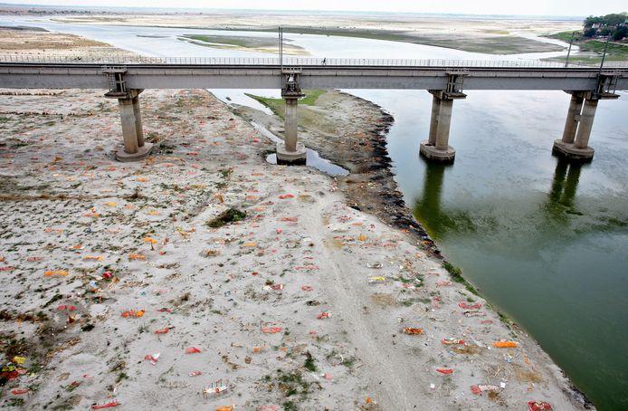 Honderden overleden coronapatiënten werden begraven in ondiepe kuilen langs de oevers van de Ganges in Prayagraj.