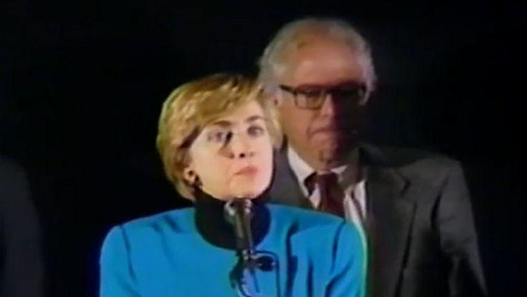 Hillary Clinton en Bernie Sanders tijdens een belangrijke speech van Clinton over gezondheidszorghervormingen. Beeld Twitter