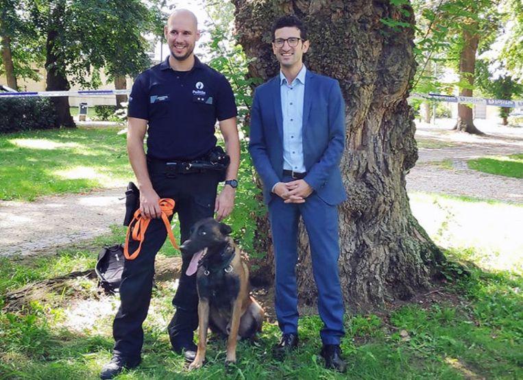 Claudio De Notarpietro van het hondenteam, nieuwe rekruut Django en burgemeester Mohamed Ridouani (sp.a)