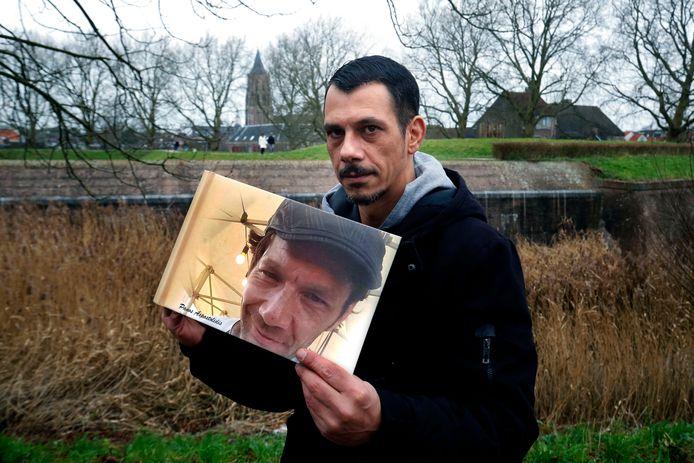 Jan Apostolidis met een foto van zijn overleden broer Panos. ,,Ik hoop dat hij weet hoe trots wij op hem waren.''