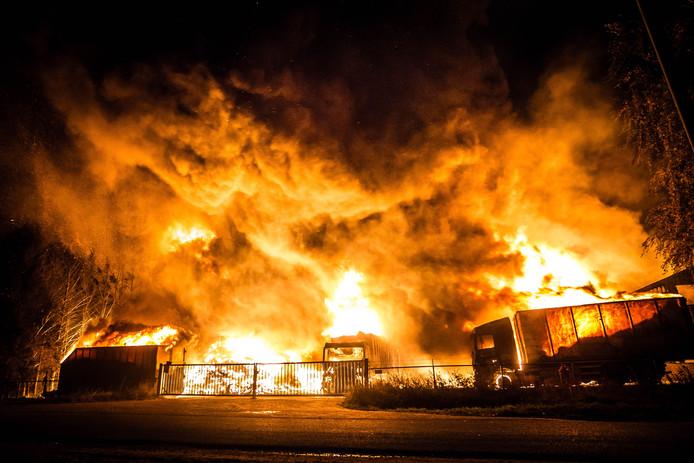 SOMEREN - De gemeente koopt Van den Hoogen Recycling uit. Bij het bedrijf woedde op 6 november j.l. een brand die 6 dagen duurde, voor zeer veel overlast zorgde en honderdduizenden euro's schade met zich mee bracht. De gemeente biedt het bedrijf 802.000 euro. Someren verbiedt de recyclefabriek opnieuw op te starten.