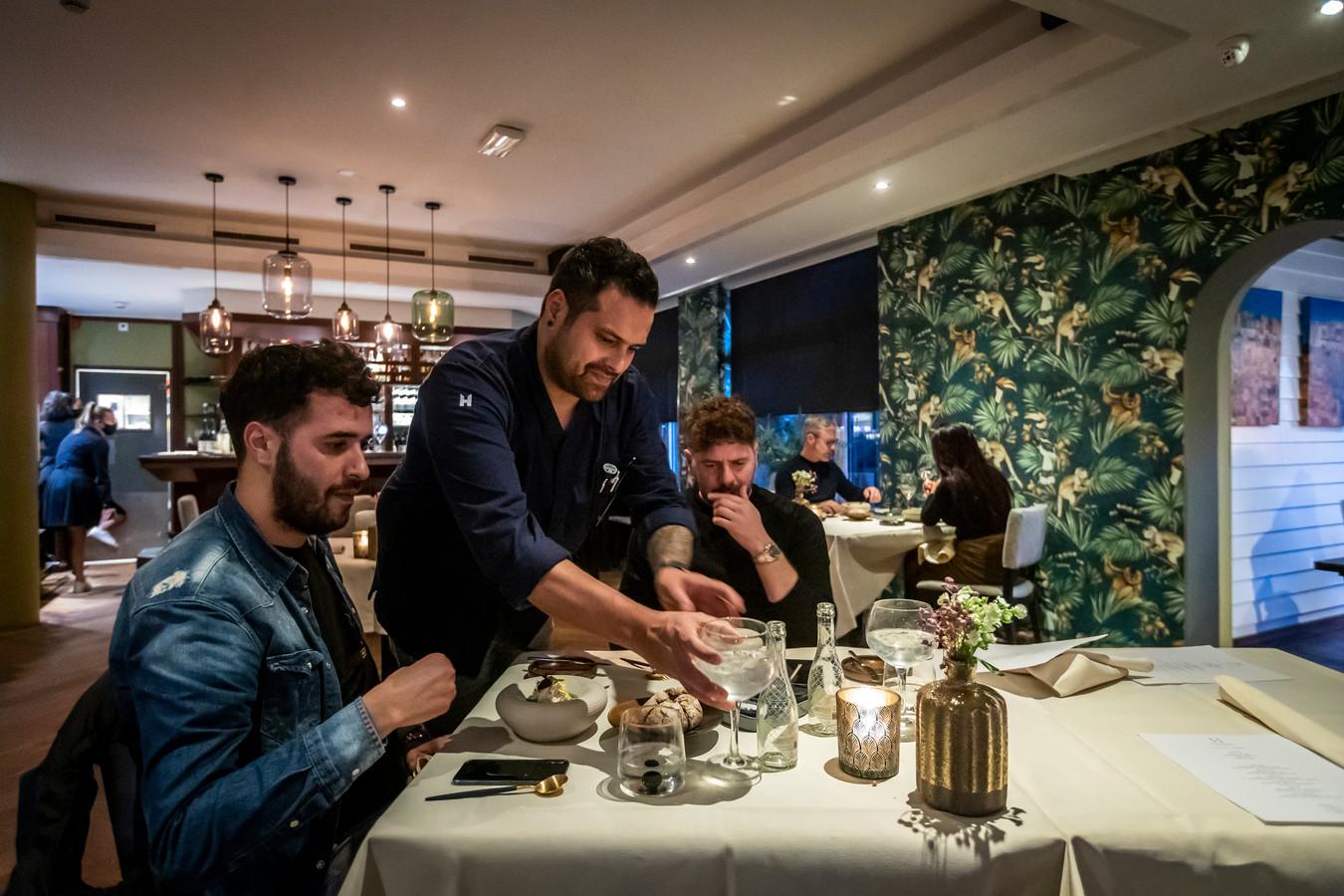Hotel Lambert en Nastrium bieden samen een arrangement aan voor een etentje en een nachtje in het hotel, dan mag er namelijk wel in het restaurant gegeten worden. Het kost wel dik 350 euro.