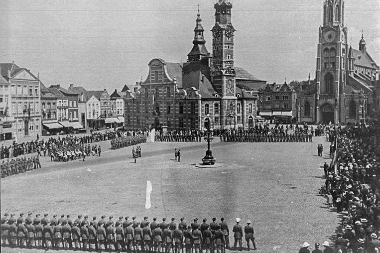 Amerikaanse troepen blazen verzamelen na hun bevrijding van Sint-Truiden.  Beeld rv