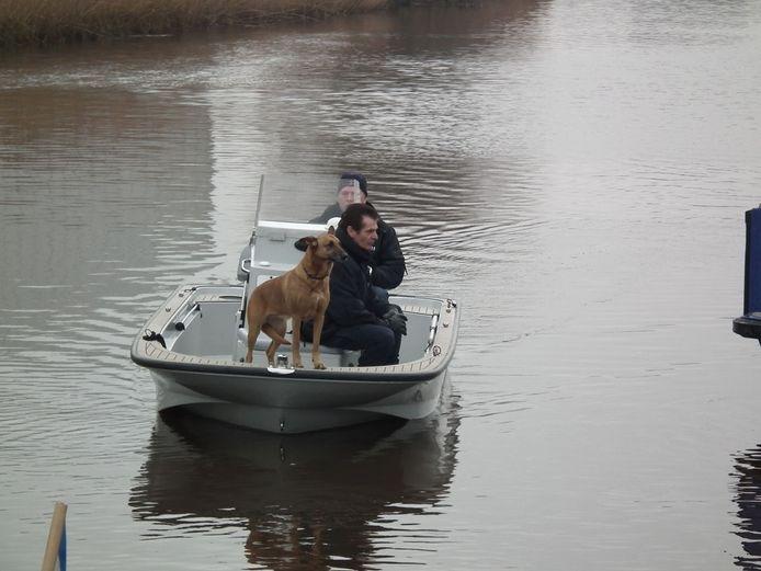 Het politieteam Breda-Noord, de brandweer en het in zoektochten te water gespecialiseerde KLPD zetten de zoekactie voort. foto Corné Luyken