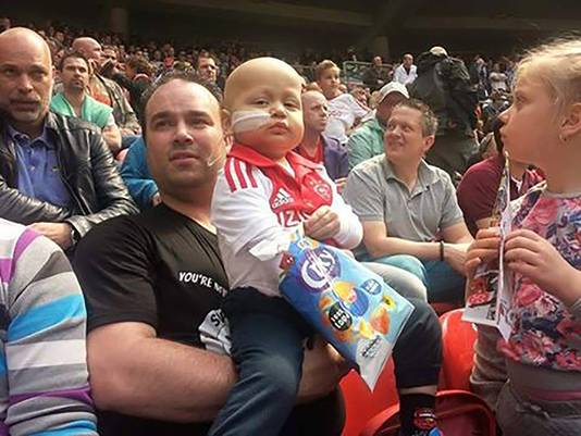 Nathaniël Roggeveen en zijn oom Sylvano Rosenberg tijdens de wedstrijd