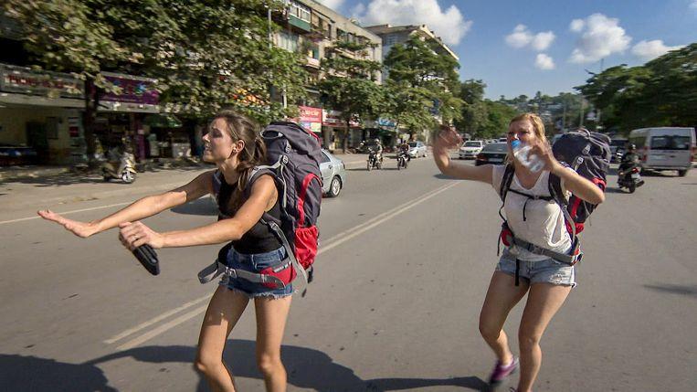 Politie-inspecteurs Ann-Sophie & Laura zijn de flapuits van dienst in het nieuwe seizoen van 'Peking Express'. Beeld Q2