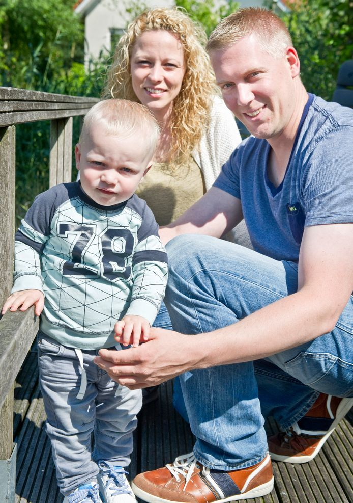 Marloes, echtgenoot Tjem en hun baby Bram. Voor het gezin is er geen plek bij de opvang. Foto: Koen Verheijden
