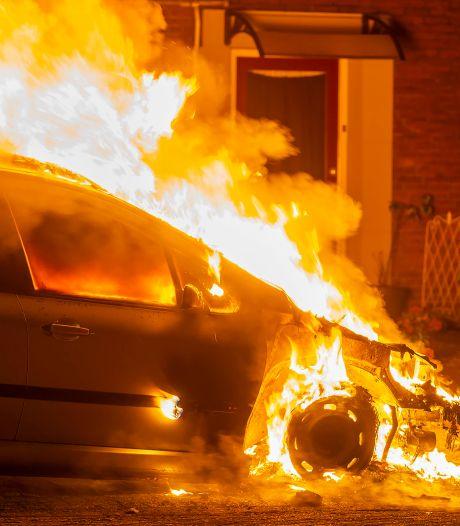 Auto verwoest door brand in Oss