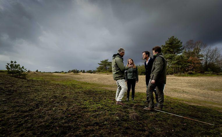Premier Mark Rutte en minister Carola Schouten van Landbouw, Natuur en Voedselkwaliteit tijdens een bezoek aan natuurgebied de Veluwe om met natuurclubs en boeren te praten over de stikstofproblematiek.  Beeld ANP
