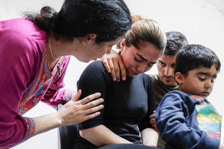 Mama Amir, papa Ali en Mawda's oudere broertje Mohamad tijdens een persconferentie enkele dagen na de dood van het Koerdische meisje.