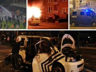 Om ter domst: Antwerpfans nemen selfie met uitgebrande combi, één klampt zich vast aan rijdend politiebusje