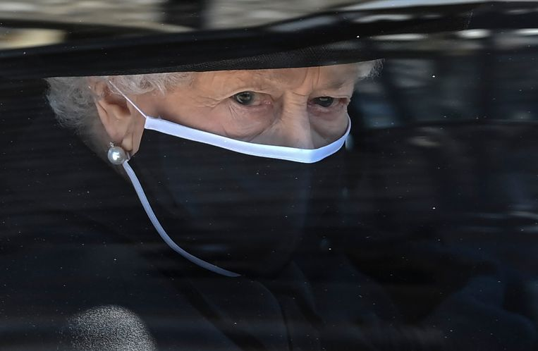 De Britse koningin Elizabeth II volgt de kist in een auto bij Windsor Castle in Windsor, Engeland. Beeld AP