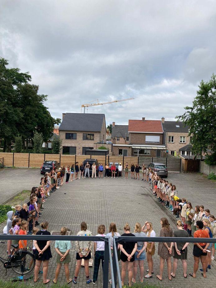 De meisjes van Gidsen Edelweiss vormden een cirkel om de bewoners van Zandhoven te bedanken voor hun hulp.