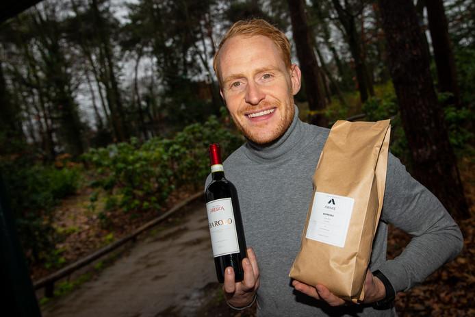 Max de Wijze (31) combineert wijn, koffie en voetbal bij De Bataven. Niet alledaags maar als telg van een 'beroemde' familie ook niet heel uitzonderlijk.