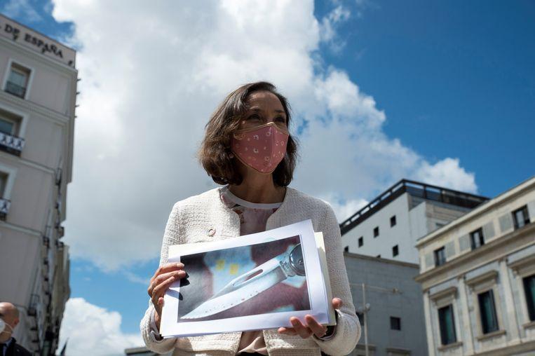 Industrie- en Handelsminister Reyes Maroto toont een foto van het besmeurde mes dat naar haar werd opgestuurd. Beeld EPA