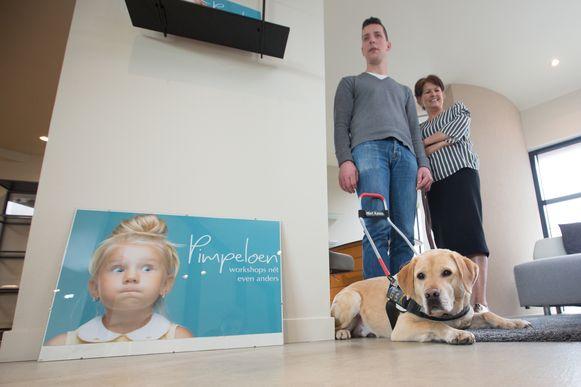 Greet Franssens gaat cursussen beleefdheid en braille geven aan kinderen  hier op foto met Nick en blindgeleide hond Coda