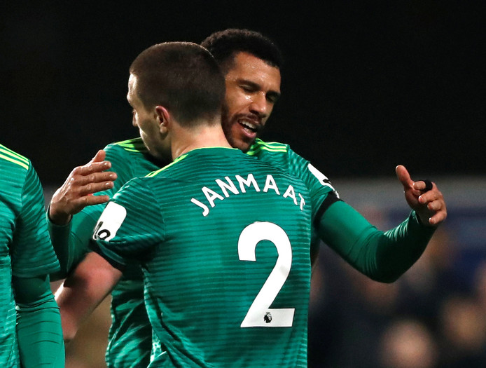 Daryl Janmaat feliciteer doelpuntenmaker Étienne Capoue.
