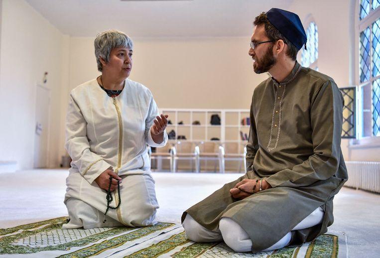 'Meneer pastoor is al verbannen uit de slaapkamer, hoog tijd dat ook de imam eruit vliegt' Beeld AFP