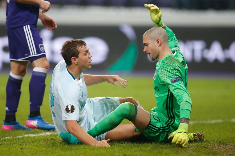 Zenit's forward's Artem Dzyuba and Anderlecht's goalkeeper Ruben Martinez pictured during a game between Belgian soccer team RSC Anderlecht and Russian team FC Zenit, first-leg of the 1/16 finals of the Europa League competition, Thursday 16 February 2017, in Brussels. BELGA PHOTO BRUNO FAHY Beeld null