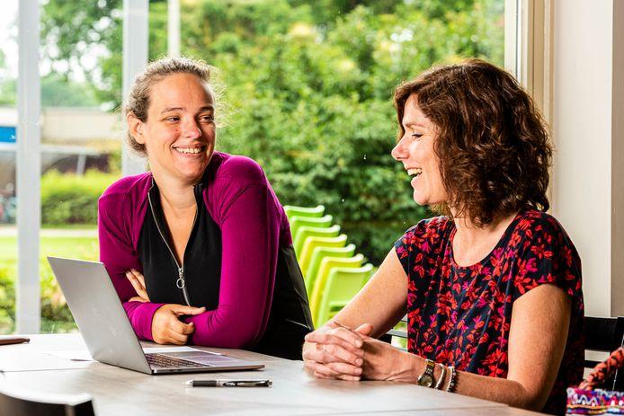 Kim Franse (links) en Marion Matthijssen bespreken de workshop die ze gaan geven.