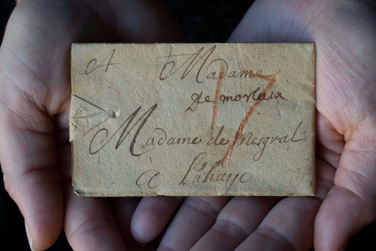 Onderzoekers lezen eeuwenoude briefgeheimen – dwars door de verzegelde envelop heen - Volkskrant