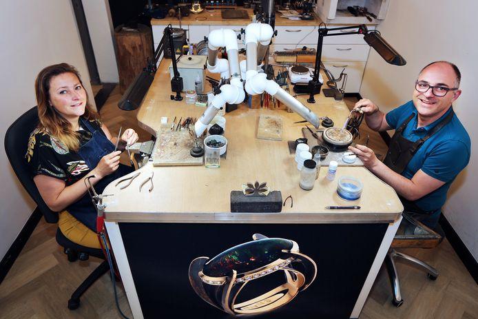 Het goud smedende echtpaar Mariska en Derk Mathon in hun atelier aan de Keiweg in Oosterhout