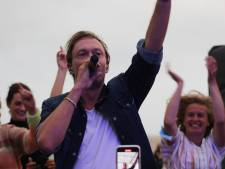 """IN BEELD. Regi speelt eerste liveshow in 1,5 jaar op strand van Zeebrugge: """"Eindelijk kan ik 'Kom Wat Dichterbij' laten horen aan het publiek"""""""