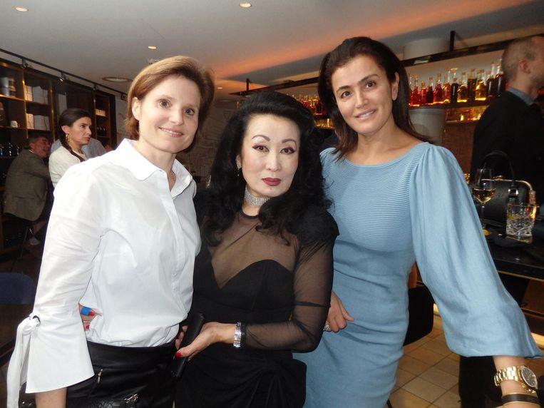 Sophie Vendeville, manager van Carnaille, prinses Ljoedmila Van Vyve en Zinab El Gharbouni, collega-Schuimmeisje van Privé's Vips Only Beeld Schuim