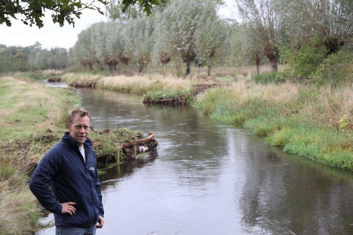 Mark Scheepens van waterschap De Dommel bij enkele nieuwe kribben in de beek.
