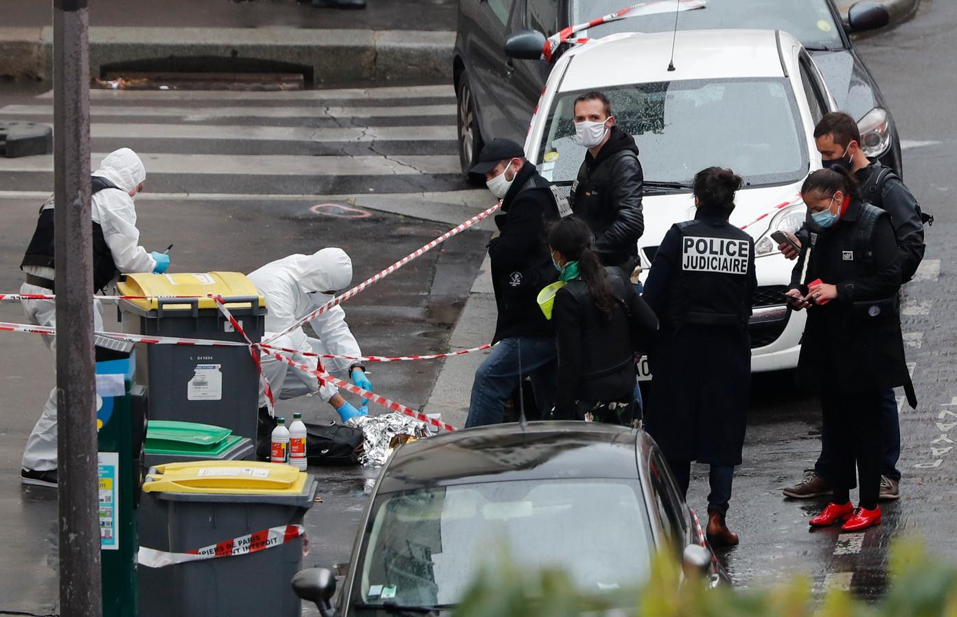 Politieagenten onderzoeken de plaats van de misdaad.