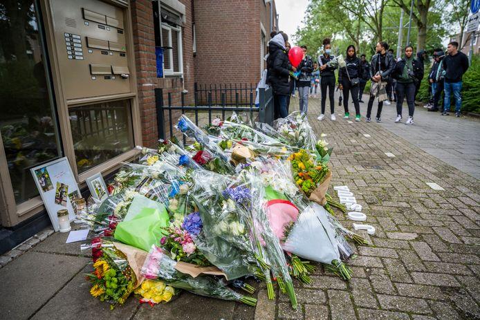 Bloemen voor de doodgestoken Joshua (15). Volgens het Openbaar Ministerie volgde de fatale steekpartij op een ruzie, waar Joshua zelf ook met een mes verscheen.