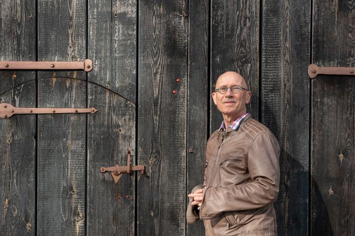 Marco van de Plasse bij het klinket van de schuur in Zonnemaire waar een mug hem inspireerde voor één van zijn verhalen voor het boek Vergankelijk in Zonnemaire