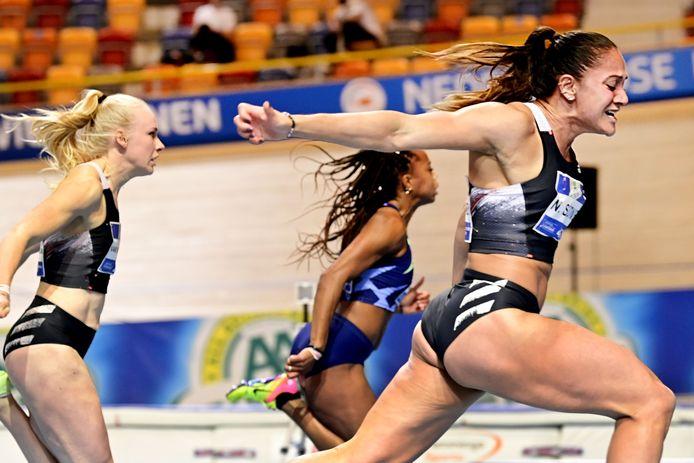 Naomi Sedney blijft favoriet Jamile Samuel net voor op de 60 meter van het NK atletiek.