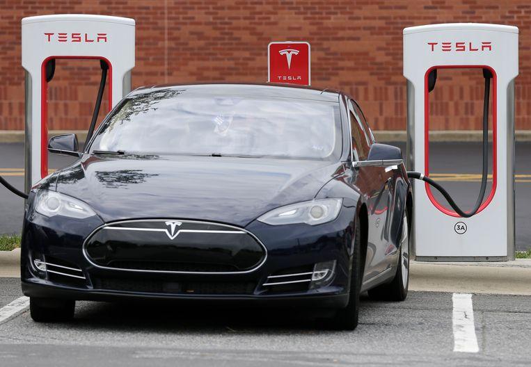 Een Tesla Model S in een laadstation. Beeld AP