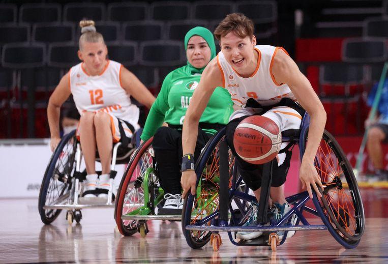 Bo Kramer in actie tegen Algerije op het rolstoelbasketbaltoernooi. Beeld Reuters