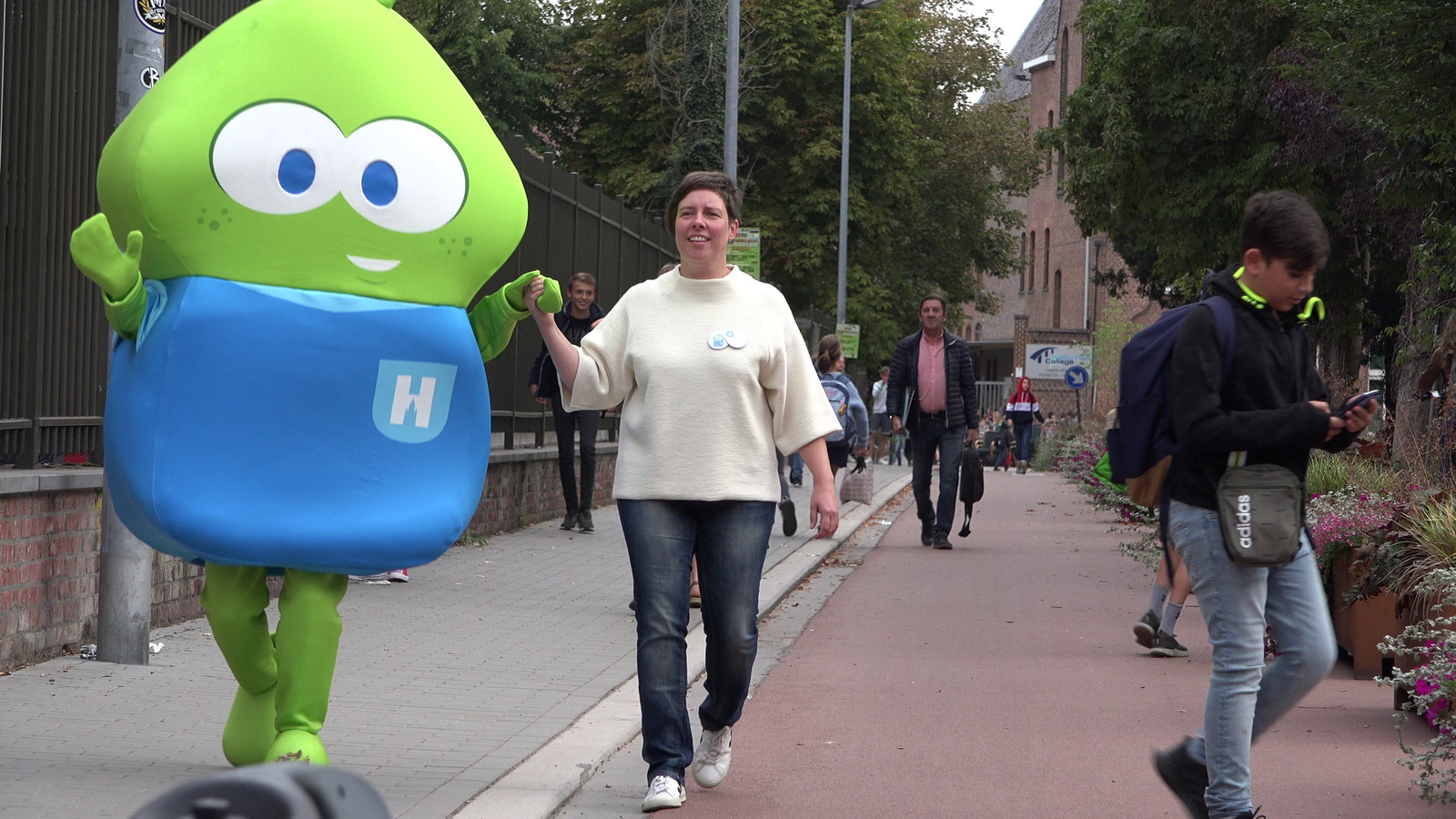 Basiel maakte twee jaar geleden al eens zijn opwachting aan een schoolpoort in Halle. Toen om fietsers te feliciteren van het Heilig-Hart&College in Halle.