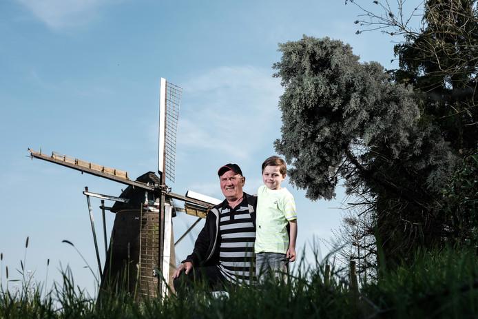 Harrie Wezendonk met kleinzoon Harm (7) bij  Koenders Möl die gerestaureerd gaat worden.